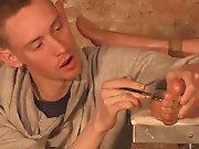 Jeune mâle dominant torture un soumis et le…