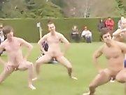 Rugbymen font le haka à poil