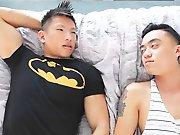 Beau mec Asiatique sodomise un gars timide