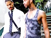 Black suit un mec dans la rue pour faire un…