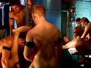 Orgie de beaux mecs musclés dans une backroom