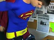 Superman se met à poil pour baiser un mec