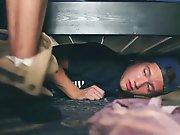 Il se cache sous le lit pour entendre son…