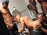 Gang bang de Blacks gay au cul bombe