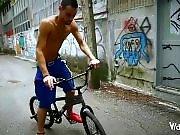 Cycliste TTBM se branle sur son vélo