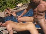 Orgie gay en public au bord de la piscine