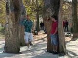 Cache derriere un arbre il saute sur un gay…