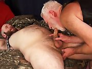 Vieux gay baise un gros sans capote !