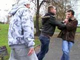 Attrape par une bande de jeunes qui ejaculent…