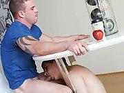 Sucer sous la table alors que son mec boit le…