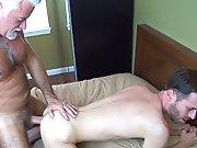 Un vieux gay lui éjacule dans les fesses !