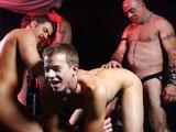 Jeunes gays baisés par des vieux en partouze