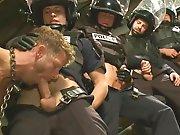 Un régiment de policiers lui passe dessus !