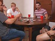 Un coquin le suce sous la table !