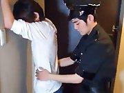 Policier Asiatique fouille au corps un minet !
