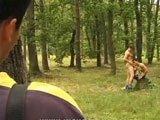 Surpris dans les bois en train de baiser