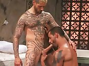 Beau mec tatoué baise un Arabe !