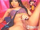 Transsexuelle se fait plaisir devant sa webcam