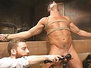 Torturer la bite d'un mec musclé à…