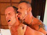 Baise bestiale entre gay matures
