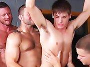 4 mecs musclés s'occupent de son petit cul…