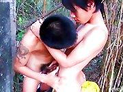 2 Japonais baisent dans les bois !