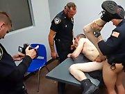 Des policiers baisent un mec durant…