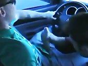 Il jouit en conduisant pendant qu'il se…