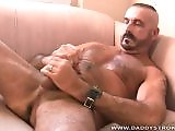 Mec gay poilu en branle piercing sur le gland