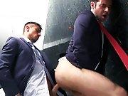 Plan direct dans les toilettes d'un bar gay…