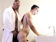 Il se retrouve nu avec son beau-père dans la…