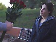 Offrir des fleurs à un inconnu pour se le…