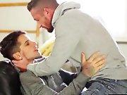 Jeune gay tatoué baise son oncle se lui…