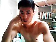Etudiant Asiatique gicle sur son bureau en…