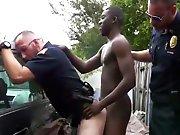 2 policiers utilisent la bite d'un…