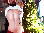Un beau père Noël se met à poil sous le…