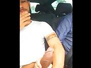 Le chauffeur Uber lui branle sa grosse bite !