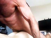 Son sperme gay musclé dans un petit cul de…