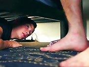 Cacher sous le lit pour mater son cousin qui…