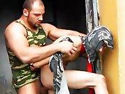 Jeune baisé violemment par un militaire…