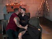 Il baise avec un homme d'église