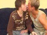 Bonne defonce avec deux jeunots gay