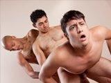 Baise profonde dans un trio gay hardcore