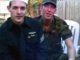 Scène soft gay avec un militaire et un marin