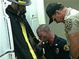 Policier gay suce à fond un pompier