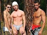 Trois minets se baisent le fion en forêt