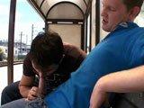 Jeune gay se masturbe et sperme dans le train