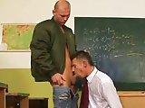 Skinhead encule un élève en classe