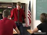 Le prof leur met la fessée !