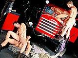Partouze autour du camion des pompiers